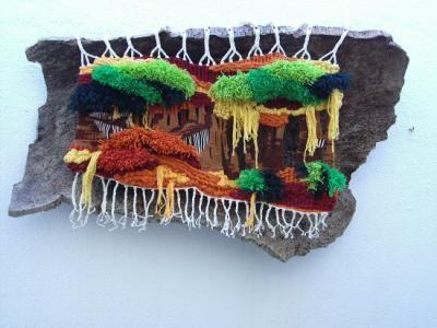 Tapiz sobre un corcho natural. Realizado por María Coca Tramablanca. Alto lizo. Lanas y algodones teñidos a mano