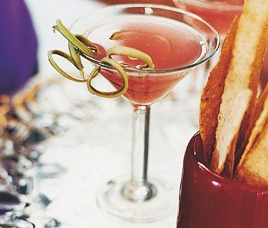 En fruktig drink med smak av rabarber och lime. Rabarbercocktailen är enkel, läskande och fantastiskt god! Häll upp drinken i snygga glas och servera gästerna på nästa bjudning.