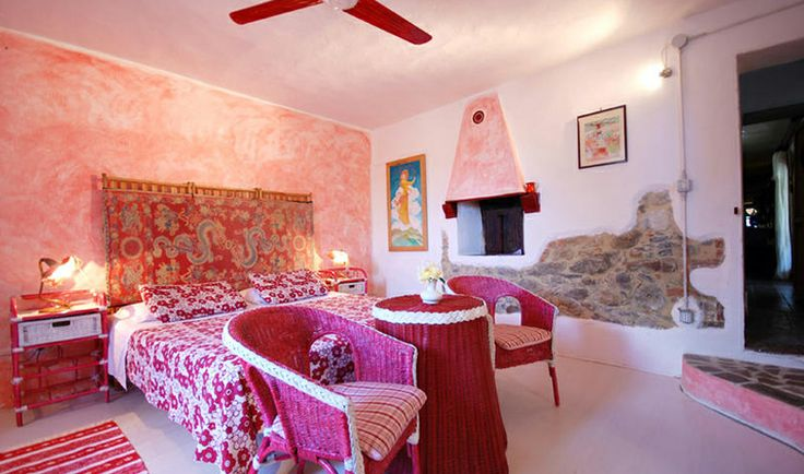 La Fornacina has 5 big double bedrooms, with king beds and private bathrooms and a loft bed. The house has an additional 4 extra beds, with plenty of closets, tools and of course, all the linen and towels you need for 14 people to stay comfortably / La Fornacina puo' essere affittata per settimane, lunghi weekend o magari per un mese intero ed è perfetta per ospitare comodamente fino a 14 persone con 5 camere matrimoniali, 4 letti aggiunti e 5 bagni completi.