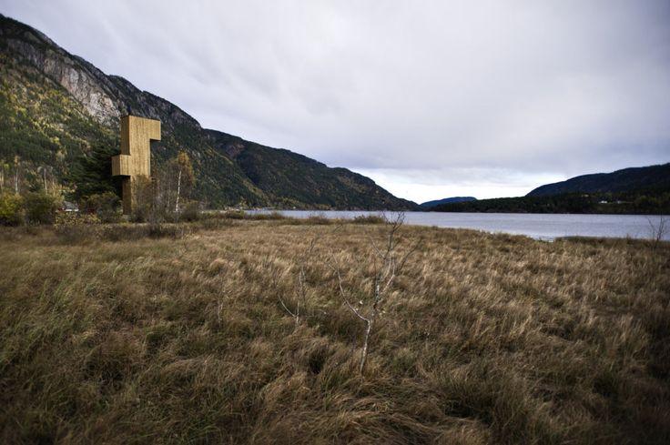 Dřevěná rozhledna na břehu mytického jezera Seljord připomíná periskop | art.ihned.cz - Architektura
