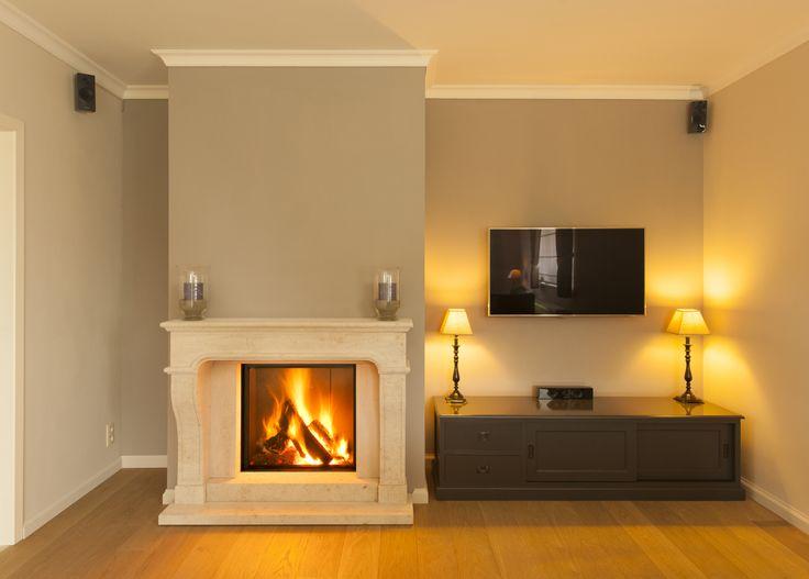 Houthaard in klassieke sierschouw (Franse zandsteen)  Wood-burning fireplace in chimney (French sandstone)
