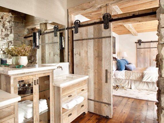 Camera con bagno stile rustico, porta scorrevole vecchio fienile