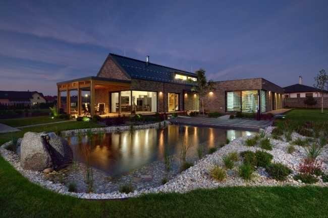 Celá kompozice domu a zahrady je doplněna zahradním biotopem, který obklopuje terasa domu.