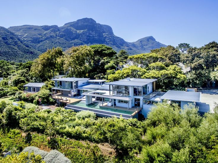 ⭐️⭐️⭐️⭐️⭐️Cutting Edge contemporary 7 bedroom villa newly built on a massive plot. This beautiful villa offers magical views of the valley, 2 pools, 2 fireplaces, massive garden and a cinema. This mansion is nestled in a peaceful and tranquil atmosphere of indigenous gardens on the slopes of the mountains in the upmarket leafy suburb of Constantia, one of the oldest wine regions in the Cape.