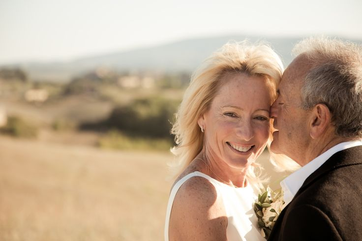The bride and the groom in a sweet hug with an amazing background of the Tuscan hills
