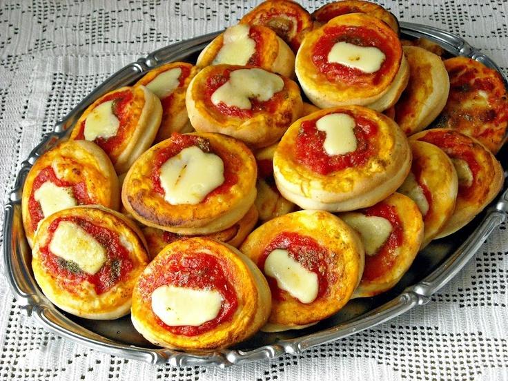 """La """"Pasta da Rosticceria"""" palermitana è un pasta molto versatile, semidolce ed elastica, adatta per preparazioni dolci e salate, e una volta cotta mantiene a lungo la sua morbidezza. Può essere utilizzata per fare tutti i tipi di rustici, panini farciti, pizze, focacce, calzoni ripieni e tutto ciò che la vostra fantasia vi suggerisce. Io l'ho utilizzata per preparare queste sfiziose pizzette margherita, adatte per un buffet di una festa di compleanno."""