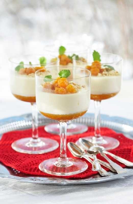 En uimotståelig kombinasjon av den fløtebaserte desserten panna cotta og frisk smak av multer. Husk å beregne god tid for panna cottaen til å stivne.