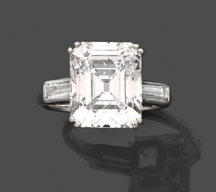 Bague solitaire diamant en platine, ornée d'un diamant rectangulaire à pans coupés et taillé à degrés.
