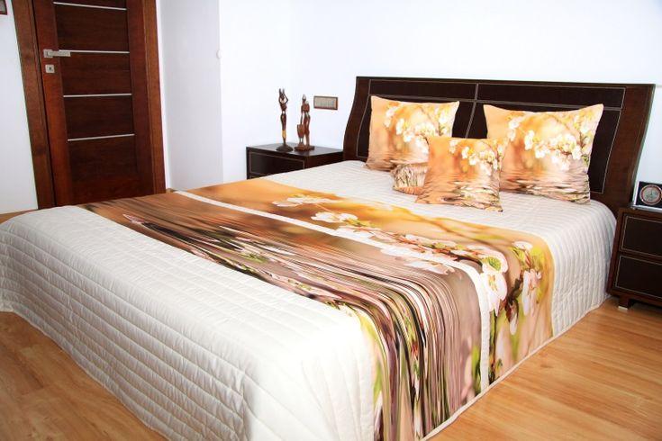 Hnedé prehozy na posteľ s rozkvitnutým kvetom