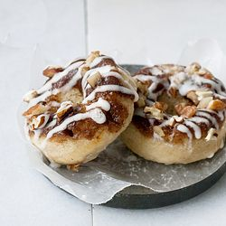 Cinnamon Roll Baked Doughnuts - a cross between the fluffiest baked cake doughnut and gooey cinnamon rolls - quick and easy: Cakes Batter, Baking Donuts, Cakes Doughnut, Baking Doughnut, R2D2 Cakes, Baby Cakes Pop, Cakes Decor, Baking Cakes, Cakesdecor Com