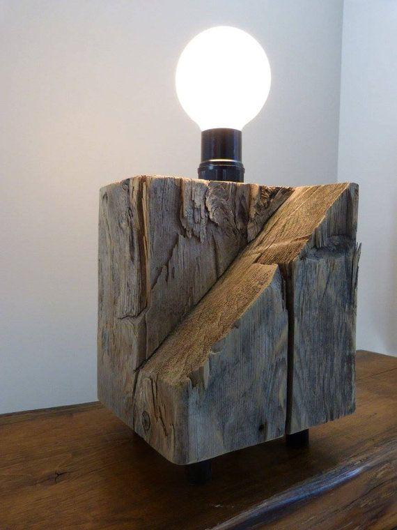 Lampe de table en bois de grange. Elle est construite avec une poutre de grange antique. Elle a une hauteur de 9 pouces sans globe, une largeur de 7