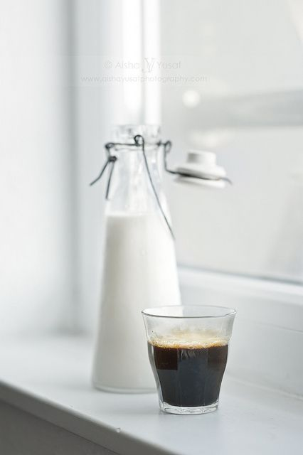 Черный кофе и свежее фермерское молоко