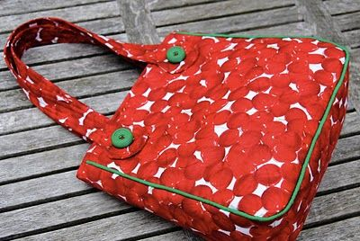 Cute bag with tutorial in Dutch.  Easy enough to follow  - just a bag with gusset and piping. But cute :)