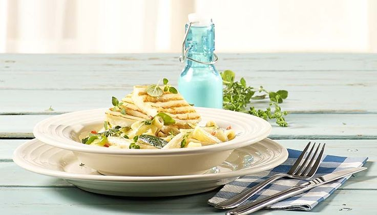Pasta met gegrilde halloumi en mediterrane courgettestaafjes