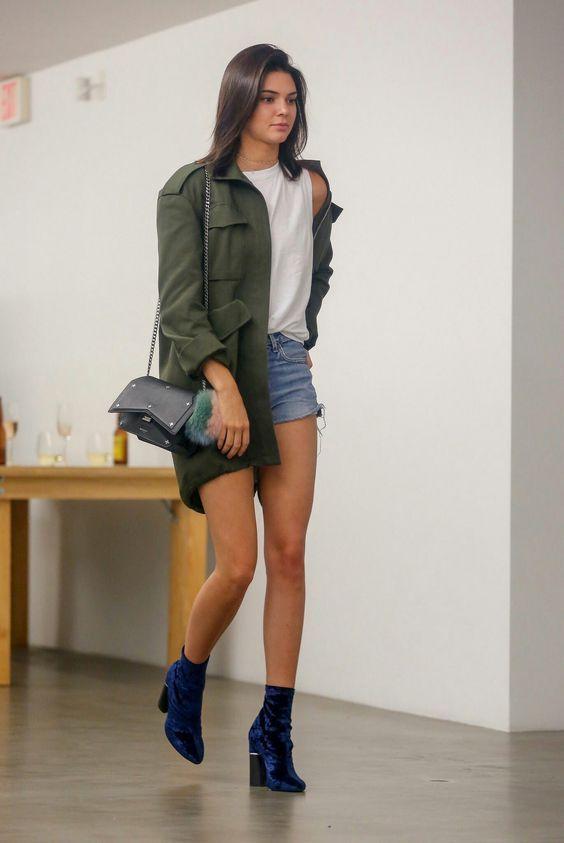 9 produções inspiradoras com skinny boots. Parka verde militar, t-shirt branca, short jeans desfiado ankle boot de veludo, Kendall Jenner