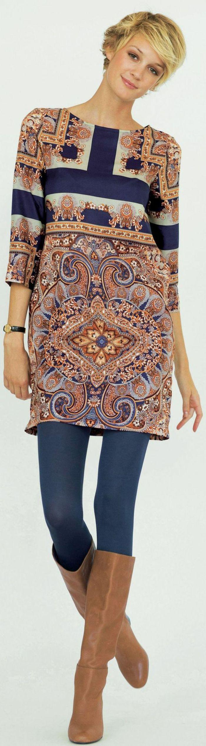 tunique ethnique élégante, motifs floraux, collant bleu, bottes couleur marron