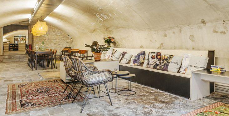 Café in de voormalige wijnkelders met prachtige met de hand geborduurde kussens van Wereldwijven. Huis Roodenburch Dordrecht. Interieurontwerpers Jolanda Branderhorst & Esther Canisius.