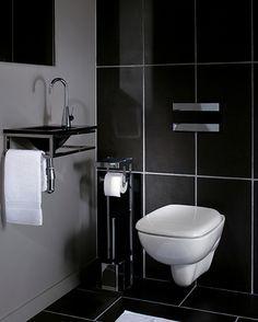 Déco toilette. Cuvette WC suspendu email blanc, abattant wc blanc carrelage mural grès noir brillant