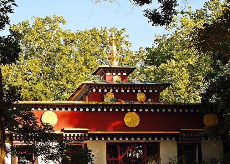 Le temple Kagyu Dzong est le plus beau temple bouddhiste à Paris. Un lieu secret et original à découvrir de toute urgence !  40 bis route de Ceinture du lac Daumesnil, 75012 Paris / Métro : Porte Dorée
