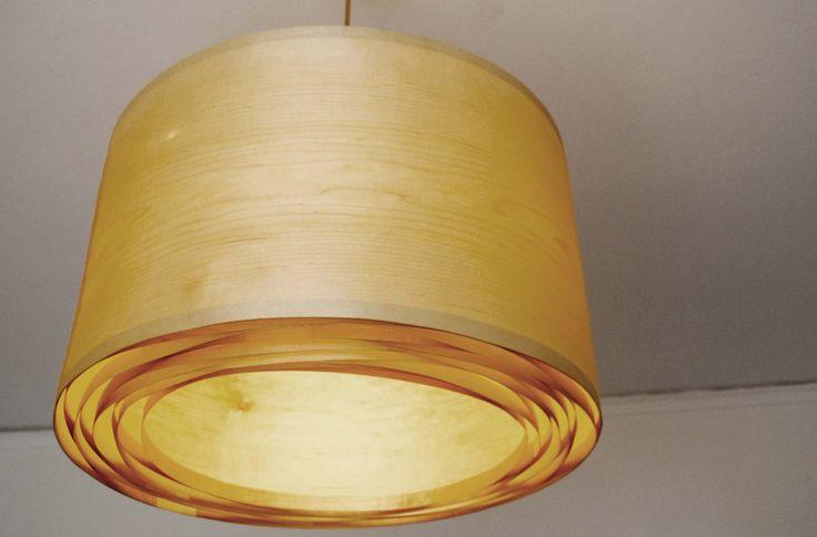 Spiral Maple - #handmade #woodlamps #pendantlight #woodenlights #woodwork #veneer #veneerlight #ceiling #design #woodart  Φωτιστικό οροφής από καπλαμά σφένδαμου και ξύλο πεύκου. Διαθέτει μεταλλικό ντουί και υφασμάτινο καλώδιο. Διαστάσεις: διάμετρος καπέλου 60 εκ., ύψος καπέλου 35 εκ. Ceiling light, made of maple veneer and pinewood. Comes with fabric power cable and metal lamp holder. Dimensions: Diameter 60 cm, Height 35 cm
