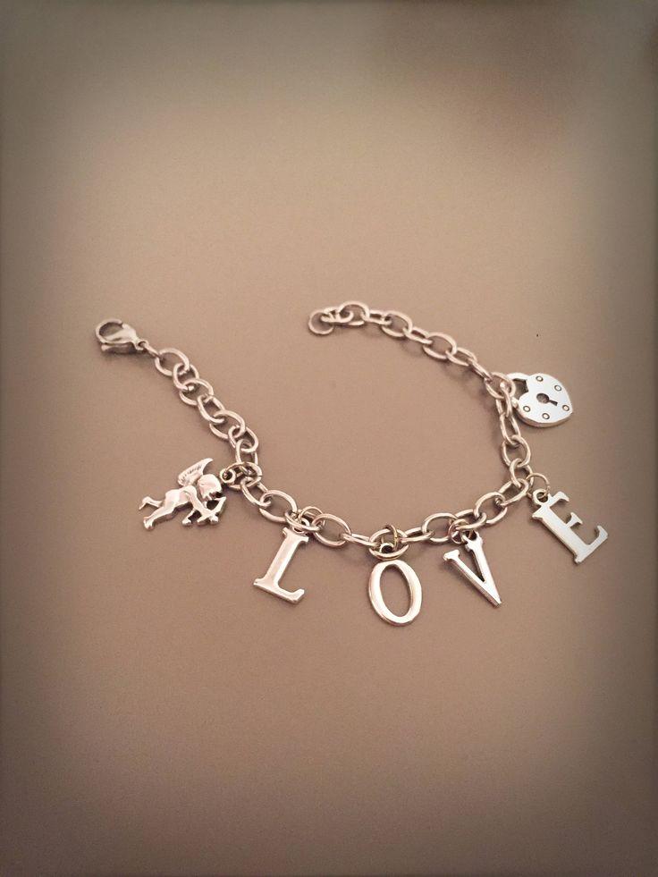 Bracciale love con catena argentata lettere e ciondoli, bracciale dichiarazione d'amore, bracciale scritta love, bracciale con charms amore di LesJoliesDePanPan su Etsy