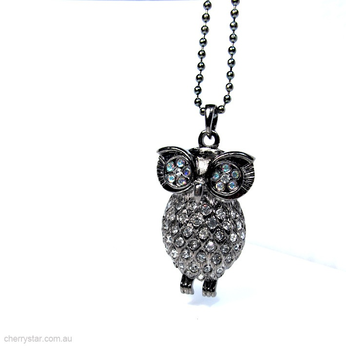 Beautiful big eyed owl necklace.  Diamante detail to the eyes and front of the owls body.  Hollow owl with open diamond pattern to the rear.  Owl is suspended from a ball chain and is approximately 5cm long.