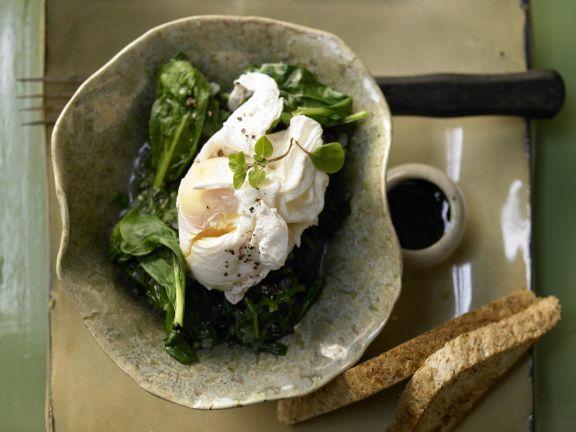 Pochierte Eier auf Spinat mit Rotweinsauce: Pochierte Eier liefern alle essentiellen Aminosäuren und haben die höchste biologische Wertigkeit.