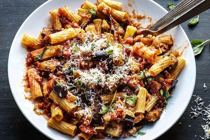 Pasta arrabbiata betyr sinna pasta på italiensk. Desto mer chili, desto sinnere pasta. En enkel rett med løk, hvitløk, tomater, chili og urter. Jeg har i tillegg tilsatt ovnstekte auberginer balsamicoeddik og litt ekstra chili til sausen.&n...