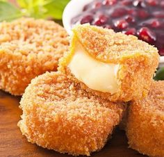 Une délicieuse recette de Camenbert pané au coeur coulant, des vraies bouchées de plaisir !