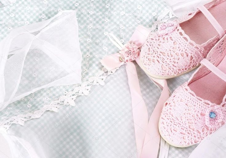 le cose più romantiche | sfondo romantico con scarpe nad rosa pizzo — Foto Stock ...