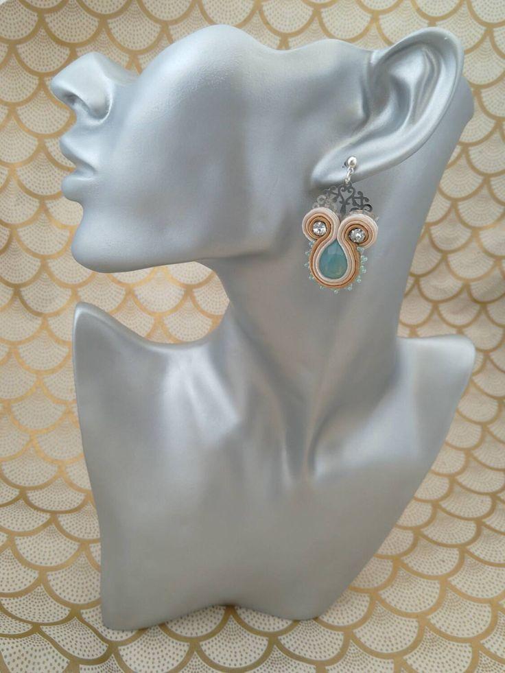 Orecchini pendenti, cuciti a mano, filigrana, goccia di cristallo opale e rocaille, tecnica suotache. di adorableideas su Etsy