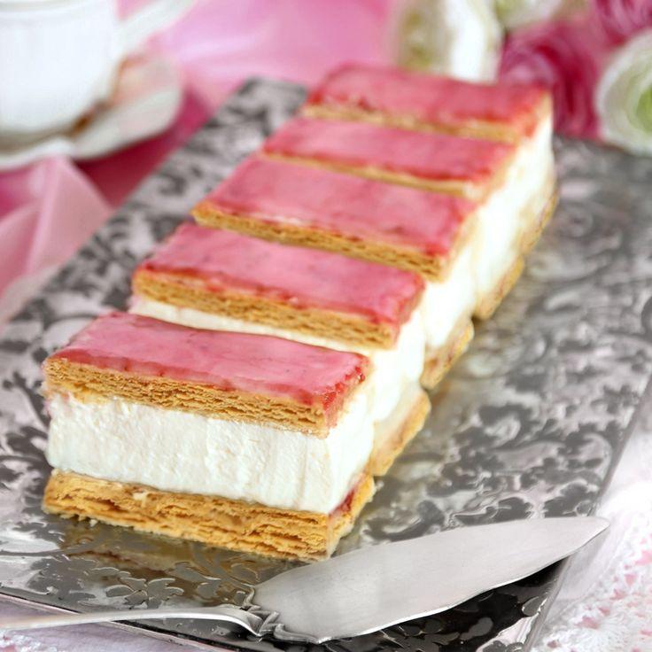 Baka klassiska Napoleonbakelser med smördeg, grädde, vaniljkräm, äppelmos, sylt och inte minst glasyr.