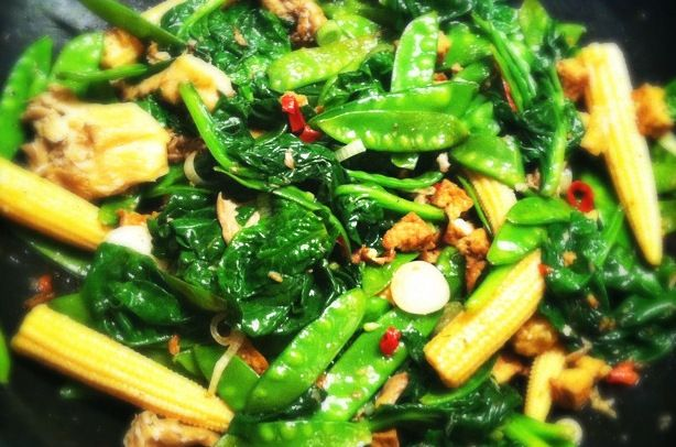 Tofu roerbak met mais, peultjes en cantharellen - Francesca Kookt