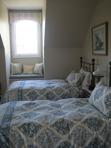 Cute twin bed guest room.