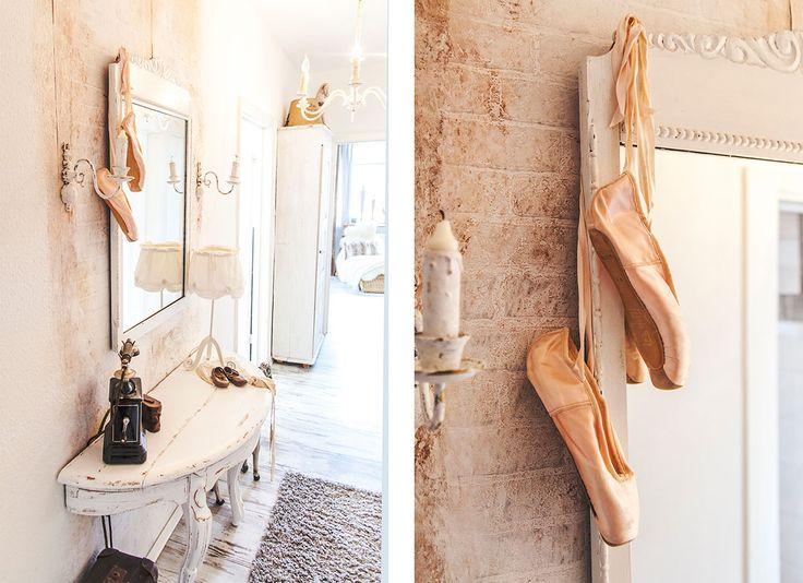 So wohnt der Norden: Auf Zeitreise mit Dagmar aus Husby - Förde Fräulein Shabby-Chic Vintage Antik Kreidefarbe Wohnen Interior Ballettschuhe Flur