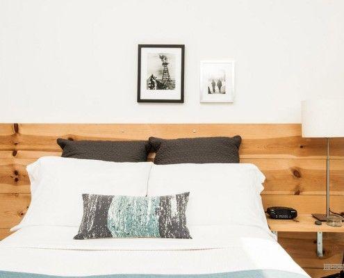 Две черные подушки и деревянное изголовье