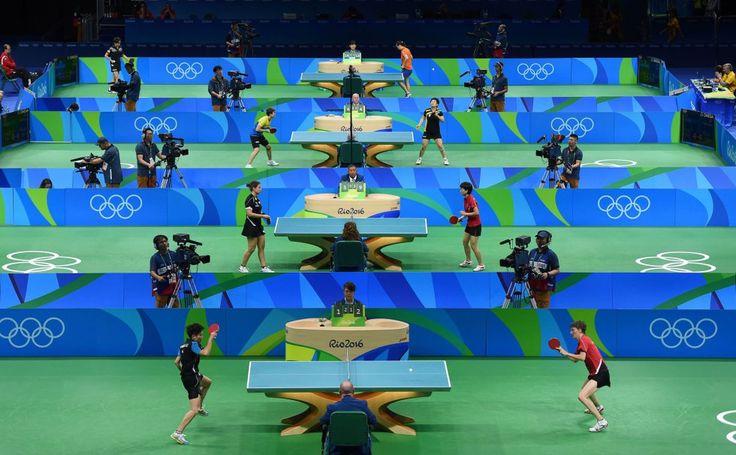Vista general del torneo individual de ping-pong femenino en las instalaciones…