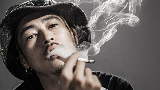 見事な煙草の吸いっぷりと、不敵なアティテュード。今回は、信念を貫くため、時に世間を騒がすこともある男のストーリーである。