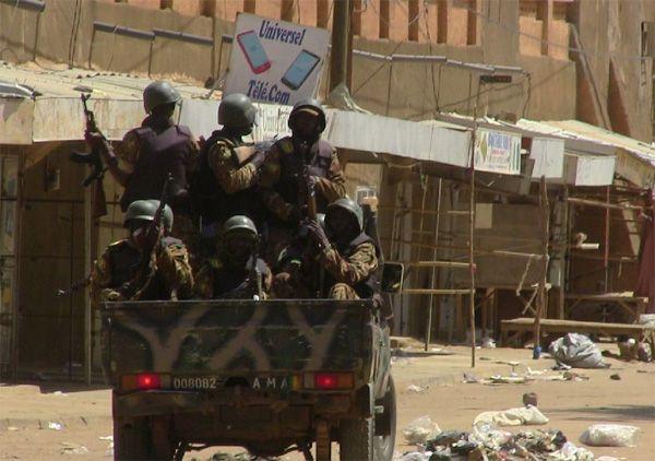 Tiga tentara Mali tewas dalam ledakan ranjau darat  MALI (Arrahmah.com) - Tiga tentara Mali tewas pada Ahad (21/1/2017) dan tentara keempat terluka parah ketika kendaraan mereka melindas ranjau di wilayah utara kata militer Mali sebagaimana dilansir WB.  Insiden itu terjadi di dekat Gossi ungkap militer menambahkan bahwa tentara mengawal pasukan menuju Gao kota utama di padang pasir utara yang luas.  Meskipun sebagian besar mereka disingkirkan oleh operasi militer yang dipimpin Perancis pada…
