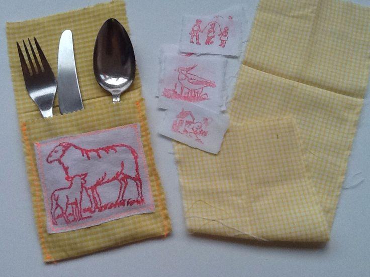Zakje maken voor bestek paasontbijt. Lapjes scheuren, stempelen en vast stikken met de hand of op de naaimachine.