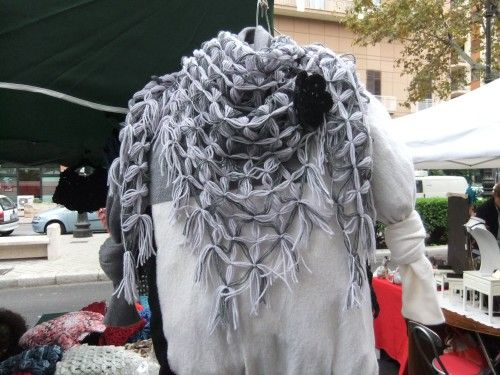 Scialle triangolare indossato come sciarpa - realizzato al telaio