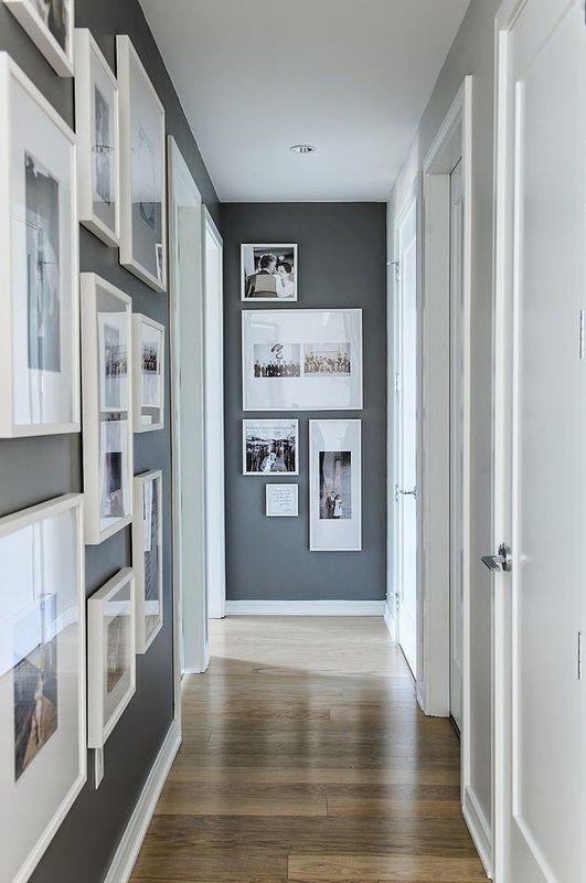 Corridoio con composizione di quadri a parete
