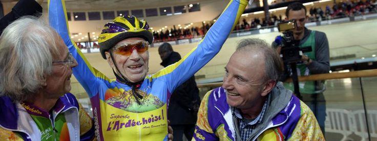 Robert Marchand, le plus vieux cycliste du monde, en janvier 2014 au vélodrome de Saint-Quentin-en-Yvelines | LIONEL BONAVENTURE / AFP