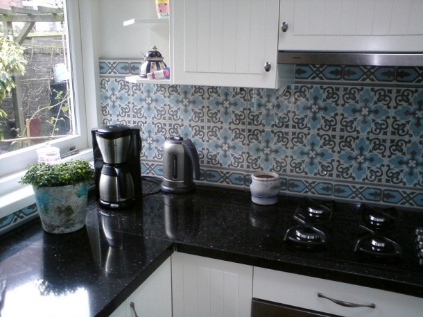 Portugese tegels op de achterwand in de keuken