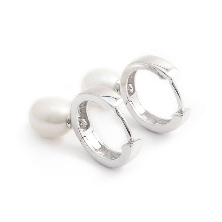 Elegante parel oorbellen met ronde zoetwaterparels aan zilveren creolen.  De witte parels zijn ca. 7 mm. De creolen zijn 15 mm doorsnede.