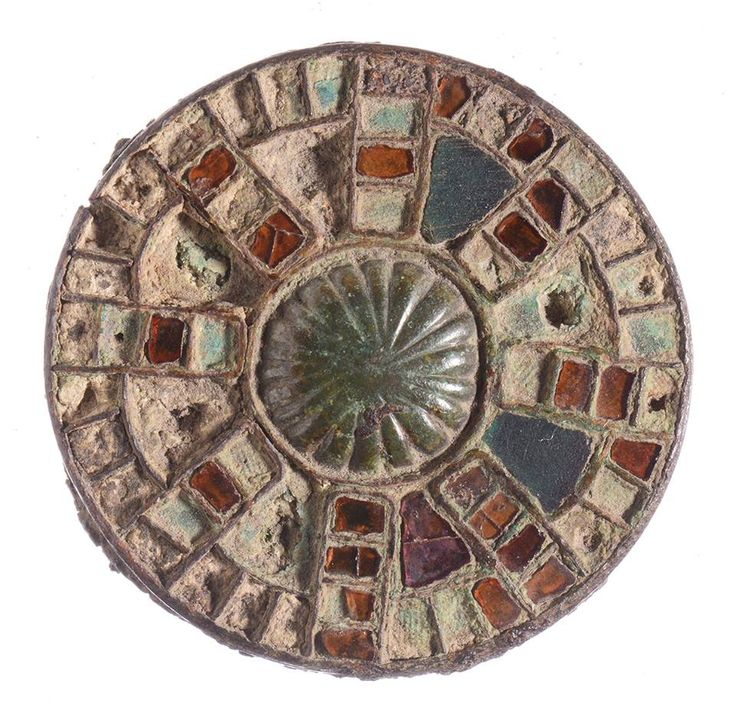 Baffelt - Deze fibula uit 500-600 na Christus is gevonden in het Groningse Baflo en heeft een diameter van 3,5 centimeter. Het inlegwerk van deze fibula is in 2012 onderzocht. Bijzonder is dat naast het almandijn, dat uit India en Pakistan komt, ook pyroop voorkomt. Dat is een ander type granaat, in dit geval afkomstig uit Portugal of zelfs Nigeria.