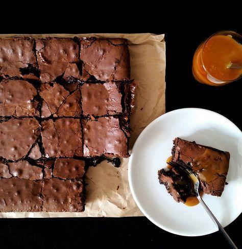 Malzemeler:    165 gr. tereyağı  200 gr. %60 kakao çikolata  3 orta boy yumurta  2 yumurta sarısı  165 gr. şeker  20 gr. un ( 2 yemek...