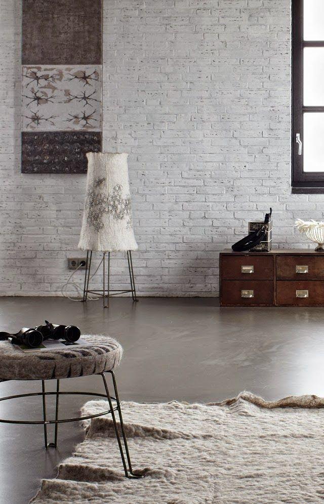 Loft aux murs de briques et sol en béton ciré | loft living with bricks wall and concrete floor