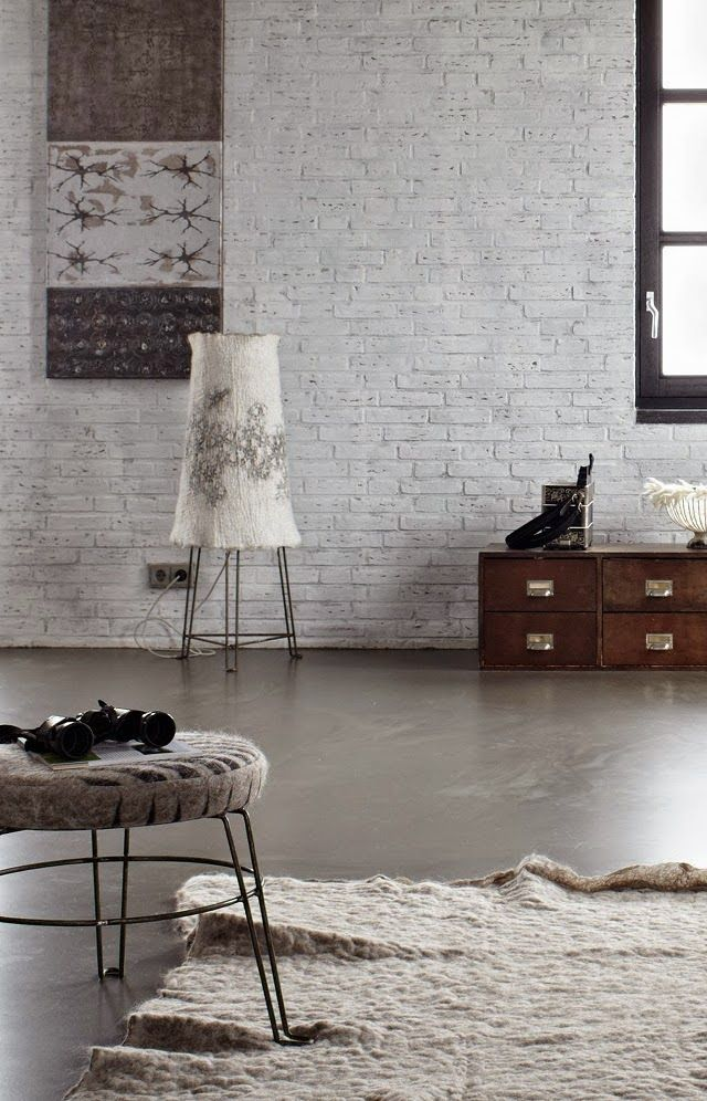 Loft aux murs de briques et sol en béton ciré | loft living with bricks wall and concrete floor