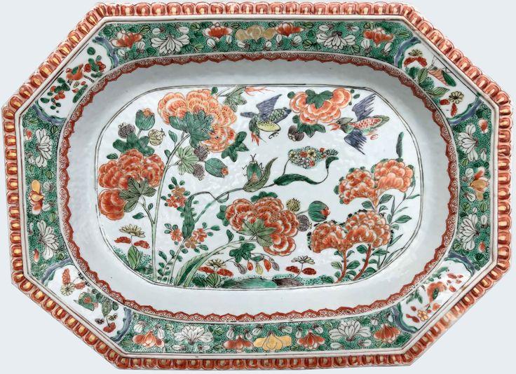Très grand plat peint dans les émaux de la famille verte à décor d'insectes en porcelaine de Chine d'époque Kangxi. Compagnie des Indes. Peint dans les émaux de la famille verte, à décor d'insectes et de pivoines, l'aile à décor moulé en rouge-de-fer et or.